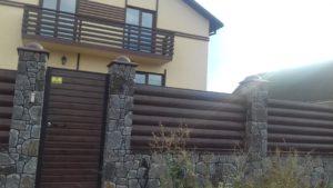 дім та паркан навколо бетонбренд
